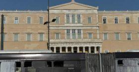 Διασυρμός: Ο Ρουβίκωνας έκανε «ντου» στο προαύλιο της Βουλής