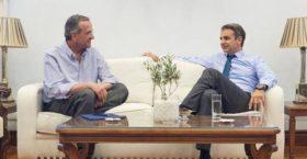 Συνάντηση Μητσοτάκη – Σαμαρά στη Βουλή – Τι συζήτησαν οι δύο άνδρες