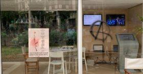 Καταστροφές στο προεκλογικό περίπτερο του Κώστα Μπακογιάννη – Χυδαία συνθήματα για τον πατέρα του